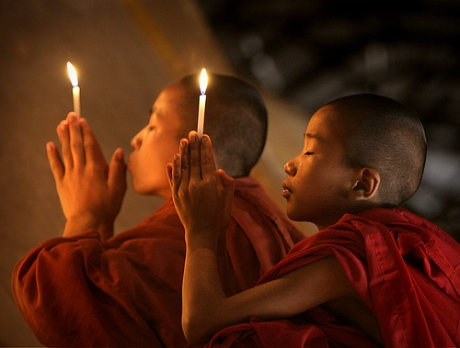 Monjes budistas rezando